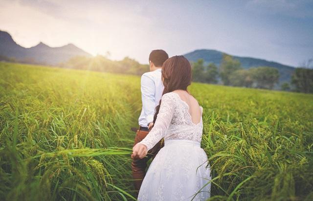 tư thế chụp ảnh cưới nắm tay nhau đi khắp thế gian