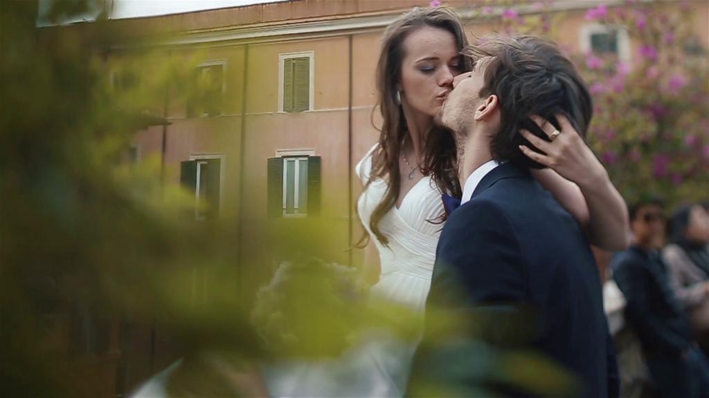 cô dâu hôn chú rể