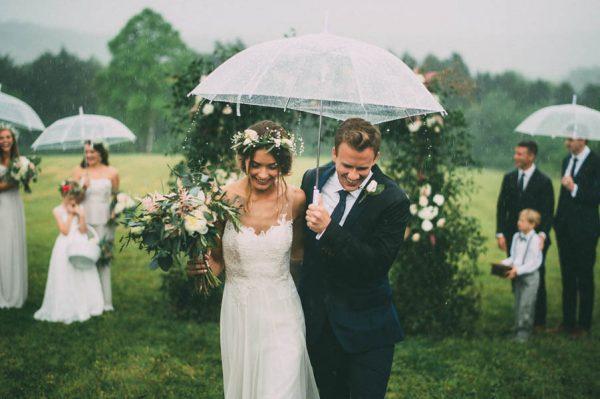 """tiệc cưới """"mưa"""""""